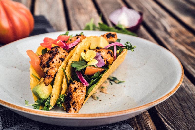 Puten-Taco mit Avocado und Wildkraeutersalat